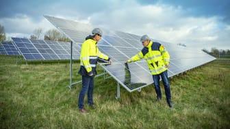 Trelleborgs Energi arbetar för att bidra till att göra Trelleborg till Sveriges mest klimatsmarta stad. På bilden syns affärsingenjör Fredrik Schlyter och VD Magnus Sahlin från Trelleborgs Energi på besök vid solcellsparken i Smygehamn.