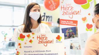"""Rund 1,4 Millionen Euro spendet dm mit der HelferHerzen Aktion """"Jetzt Herz zeigen!"""" an 1.750 ehrenamtliche Projekte in ganz Deutschland"""