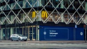 Volkswagen City Studio holder til i stueetagen i Industriens Hus ved Rådhuspladsen i København