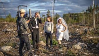 Historikern Anna Sténs, Umeå universitet, guidar ett brudpar som provar olika skogsmiljöer för sin bröllopsbild. Fotograf: Sverker Johansson