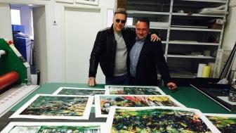 Mikael Persbrandt och Matias Ibanez Mikael kollar provtryck av Giclée-blad