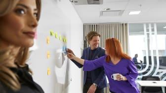 Gabriella Mousa, informationssäkerhetsansvarig, Mattias Casserstedt, IT-säkerhetsansvarig och Anna Forsling, kommunikatör gentemot anställda på Fora. Foto: Johan Olsson