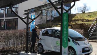 Första solcellsdrivna laddstationen för elbilar i Stockholms innerstad