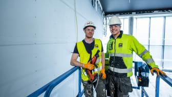 Kristian Bjørseth og Daniel Borgen er tømrere i AF Gruppen. De setter pris på at gipsplatene veier mindre, når vegger og himlinger i sju etasjer skal gipses.