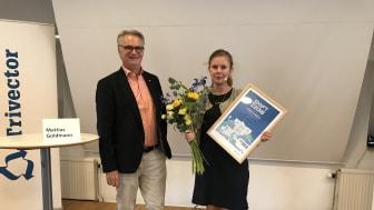För tredje året i rad vinner Lunds kommun SHIFT kommunrankning för hållbara transporter. Christer Ljungberg, vd Trivector, lämnar över priset till kommunalrådet Emma Berginger (MP) från Lund.