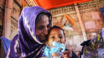 Runa, 3 år, med sin mamma Hamida i Cox's Bazar i Bangladesh.