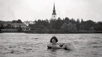 Sommarutställning om bad efterlyser badminnen i Lindesberg