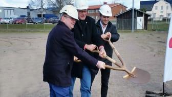 Från vänster: Kenneth Johansson, landshövding i Värmland, Hans Jildesten, kommunstyrelsens ordförande i Storfors och Fredrik Berglöf, marknadsområdeschef för Riksbyggens fastighetsförvaltning i Värmland.
