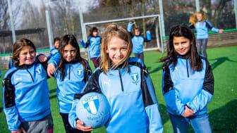 INTRESSET HAR VARIT STORT OCH FOTBOLLSSKOLAN ÄR NU FULLTECKNAD. JÄTTEKUL ATT SÅ MÅNGA TJEJER VILL SPELA FOTBOLL! Hallå alla fotbollsintresserade tjejer mellan 6 och 8 år!
