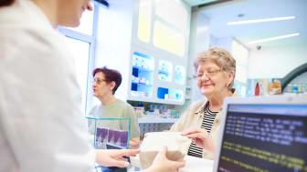 Syv av ti nordmenn mener det er fint om apotekfarmasøyter kan fornye resepter på enkelte legemidler til behandling av kroniske sykdommer.