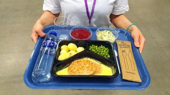 All mat är portionsförpackad och serveras med engångsmaterial för att hindra smittspridning.