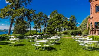 På uteterrassen placeras stolar och bord glesare än vanligt - med gott om mellanrum till nästa gäst. Här kör. vi efter principen #vartannatbord.
