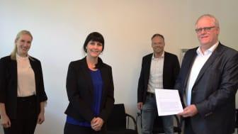 Leonie Rieckschnietz (Kommunalbetreuerin) und Christiane Rüsel (Projektleiterin und Kommunalreferentin, beide WWN) Andreas Brandl (Abteilungsleiter Finanzsteuerung und Abgaben) und Lothar Stadermann (Kämmerer, beide Stadt Höxter) mit dem Vertrag.