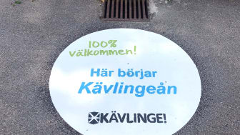 På 10 stycken platser runt om i Furulund och Kävlinge kan förbipasserande se dessa tryck i anslutning till dagvattenbrunnarna.