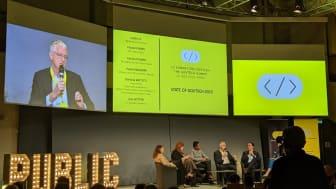 I PARIS. Administrerende direktør Vincent Paris (nr. 4 fra venstre) i Sopra Steria Group legger fram resultatene fra Digital Government Barometer 2019 under konferansen GovTech Summit i Paris. Foto: Sopra Steria