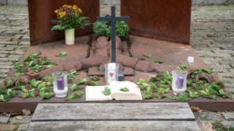 Das Mahnmal neben der Hephata-Kirche erinnert an die NS-Euthanasie.