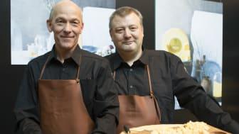 Ola Larsson, lagermästare och Thomas Rudin, ostmästare för Västerbottensost. Foto: Mariann Holmberg