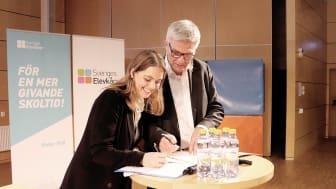 Ebba Kock, ordförande Sveriges Elevkårer skriver under Deklaration för en stark demokrati tillsammans med Peter Örn, ordförande för regeringens kommitté Demokratin 100 år.