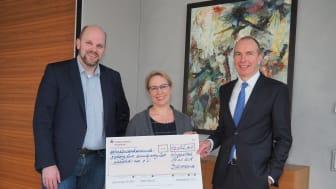 Herr Dr. Eurich und Herr Kappel überreichen den Spendenscheck an wünschdirwas e.V.