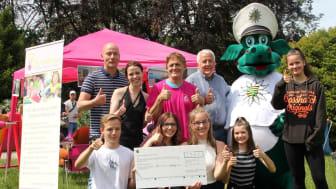 Beim 2. Blaulichttag übergaben Vertreter der Oberschule Markkleeberg stolz die großartige Spende in Höhe von 2.350 Euro an das Kinderhospiz Bärenherz.