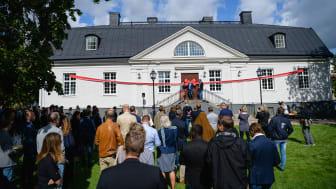 Fredrik Törnqvist, vd Stångåstaden och Sofia Ritenius, ordförande STUFF klipper bandet vid nyinvigningen av Ryds Herrgård