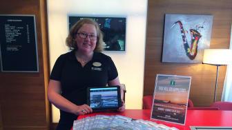 Turistinformatör Jenny Karlsson välkomnar besökare på Profil Hotels Hotel Savoy i Jönköping