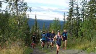 Löparna på väg upp mot fjället under den första stigningen efter starten. Foto Henrik Alvstråle