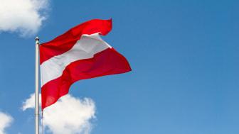 Österreichische Flagge vor blauem Himmel