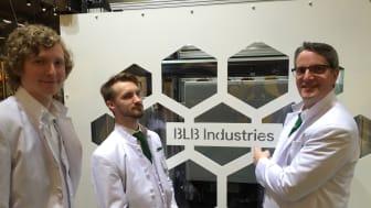 """Delägarna, från vänster, Jacob Lundin Cim Bergdahl och Tomas Burman på BLB Industries visar upp """"The Box"""" hos Bosch Rexroth."""