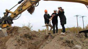 Fastighetsägaren Thomas Hansen, kommunstyrelsens vice ordförande Alf Larsson (C) och ordförande Ann-Katrin Järåsen (S) tog det första spadtaget. Foto: Aron Eriksson