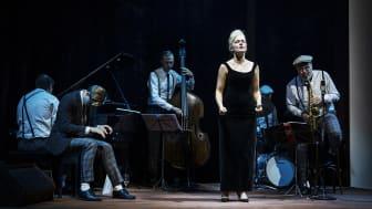 Mari Götesdotter i rollen som Monica Zetterlund och Benjamin Koppel Quartet är tillbaka i föreställningen Monicas vals som får nypremiär på Hipp 10 okt 2020. Foto Emmalisa Pauly