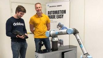 Nyexaminerade akademikern Fredrik Lidström tillför ny kompetens till robotföretaget Arho i Hallsberg. Bredvid honom står platschef Jonas Ahl.