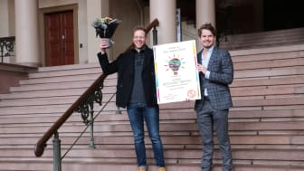"""Aksel Høymo (til venstre) er tildelt SiOs idépris for ideen """"Lommejuristen"""", en app som kan hjelpe studenter i juridiske problemstillinger de møter.  Prisen ble overrakt av SiOs styreleder Jonas Virtanen."""