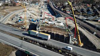 Mellan den 13 maj och den 30 maj 2021 stängs E6/E20 av i båda riktningarna mellan trafikplats Alnarp och trafikplats Kronetorp. Trafikverket bygger dåom motorvägsbronför E6 över järnvägsspåren vid trafikplats Alnarp. Foto: Trafikverket.