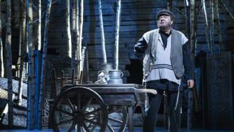 Tommy Kenter i Spillemand på en Tagryg på Det Ny Teater i 2019. Fotograf: Miklos Szabo