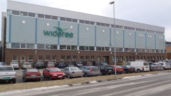 Investeringen er gjort i Widerøes hovedbase i Bodø. Schneider Electric har vært totalleverandør av avtalen og har installert tiltak som overvåker, styrer og forbedrer ventilasjon, elektro, kjøling, varme, varmepumper og IT-systemer.