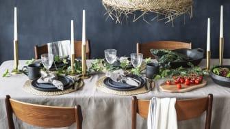 Dekk bordet med elementer fra naturen