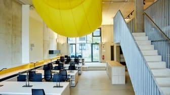 KairosBlue Coworking Space mit Kunstinstallation von Hannah Schneider