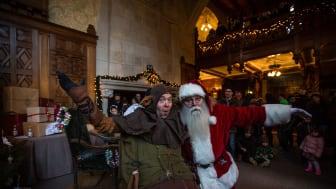 Jultomten och Lubberkin välkomnar till slottet.