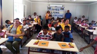 Lions representanter i en skola som Lions har hjälpt till att bygga.