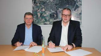 Für die Stadt Dinklage unterzeichnete der Allgemeine Vertreter des Bürgermeisters, Carl Heinz Putthoff (links) die Verträge mit Deutsche Glasfaser, vertreten durch Frank Niemeier. Foto: Westermann