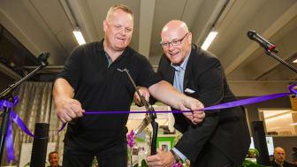General Manager Mårten Widborg och Sales Manager Facility Services Claes Sunebring klipper bandet för att inviga butiken.