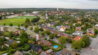 Drönarbild, över en del av Dalby där bland annat vattentornet, fotbollsplanen, Nyvångsskolan och möllan syns. Foto: Magnus Högfeldt.