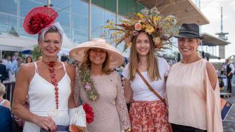Ann Wilson tillsammans med pristagarna i hattparaden på Svenskt Derby-dagen 2019. Foto: Svensk Galopp