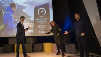 Norgessjef Petter-Børre Furberg (t.v.), teknologidirektør Ingeborg Øfsthus og mobildirektør Ric Brown gleder seg over å ha landets beste mobilnett. Foto: Martin Fjellanger