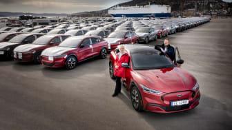 Administrerende direktør Per Gunnar Berg og informasjonsdirektør Anne Sønsteby i Ford Motor Norge, Drammen Havn 28. april 2021 Mustang Mach-E