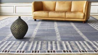 "Arne Jacobsen's rare freestanding three-seater ""Novo"" sofa. Estimate: DKK 400,000-600,000/€ 53,000-80,000. The large Axel Salto stoneware vase is estimated at DKK 700,000-800,000/€ 94,000-105.000."