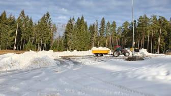 Isaberg har flyttat och schaktat ihop snö för att kunna öppna en skidbacke till sportlovet.