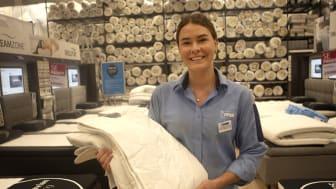 Elin Andersson har bara arbetat på JYSK i två år och är redan butikschef. I helgen utsågs hon till årets säljare inom JYSK i hela Sverige..