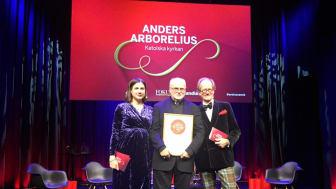 Kardinal Arborelius tillsammans med Kristin Lundell och Johan Hakelius från nyhetsmagasinet Fokus